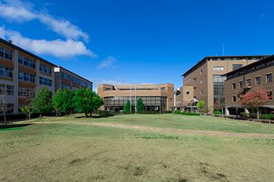 中庭と校舎